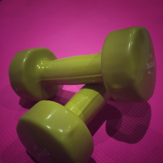 2 kg free weights resting on yoga mat